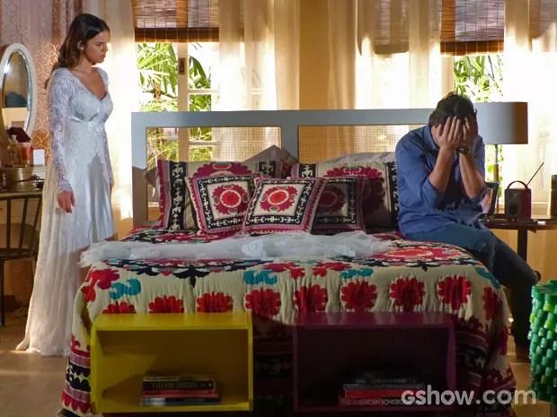 Laerte entra em estado de choque ao ver Luiza com vestido de Helena (Foto: Em Família/ TV Globo)