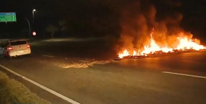 Pneus são incendiados em Florianópolis — Foto: Reprodução/NSC TV