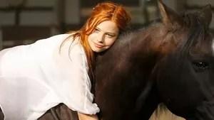 Mika é uma adolescente de 14 anos que sonha com o acampamento de verão, mas como castigo, é enviada para a fazenda da avó. Ao chegar lá, ela conhece o jovem Sam e o cavalo selvagem Ostwind. Como ninguém consegue domar o cavalo, Mika decide ir ao estábulo durante à noite e desse encontro nasce um dom especial: Mika tem a capacidade de conversar com Ostwind e outros cavalos.