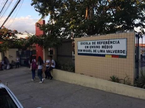 Ainda não se sabe o que causou o mal-estar no grupo de alunos (Foto: Renato Barros/CBN Recife)