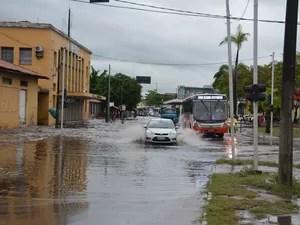 Chuva alagou avenida no bairro do Varadouro (Foto: Walter Paparazzo/G1)