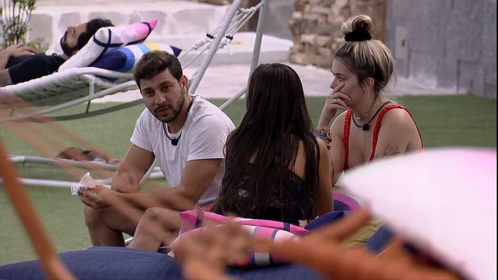 Caio conversa com Viih Tube e Thaís no BBB21 — Foto: Globo