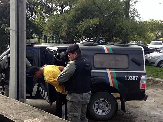 Suspeito de envolvimento com morte de torcedor no Recife é levado ao DHPP (Foto: Débora Soares / G1)
