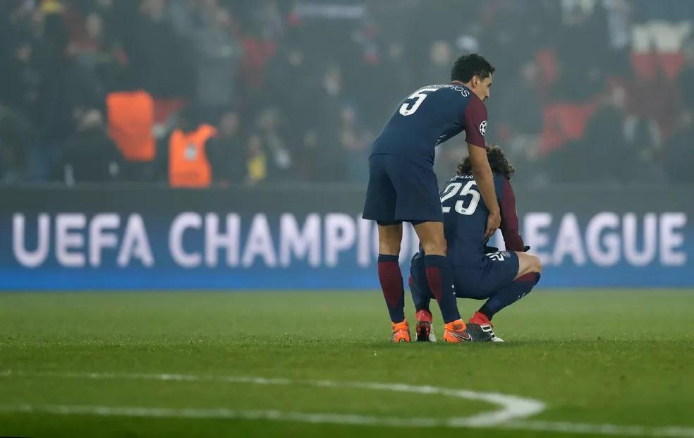 Jogadores do PSG lamentam derrota (Foto: Gonzalo Fuentes/Reuters)