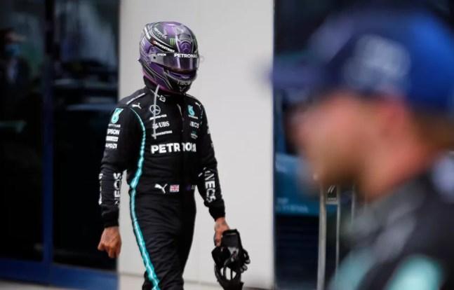 Lewis Hamilton não ficou feliz com estratégia da Mercedes no GP da Turquia — Foto: Reuters