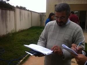 Pastor Samuel da Silva Soares confere a lista com os nomes dos passageiros dos ônibus. (Foto: Diego Souza/G1)