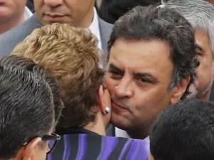 A presidente Dilma Rousseff e o senador Aécio Neves se cumprimentam durante o velório de Eduardo Campos no Recife (Foto: Paulo Whitaker/Reuters)