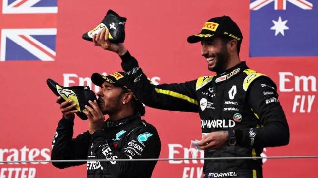 Lewis Hamilton e Daniel Ricciardo fazem o shoey no pódio do GP da Emilia-Romagna, em Imola — Foto: Lars Baron/F1 via Getty Images
