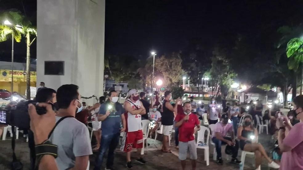 Servidores se reuniram, na noite de terça-feira (19), em frente ao Palácio Rio Branco em vigília  — Foto: Rosana Nascimento/Arquivo pessoal