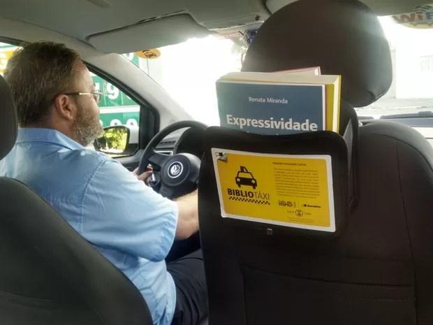 Táxis de João Pessoa estão circulando com a BiblioTáxi, uma biblioteca móvel com empréstimo de livros para os clientes (Foto: Wagner Lima/G1 PB)