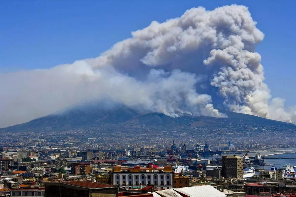 11 de julho - Fumaça de incêndio florestal cobre o Monte Vesúvio visto de Nápoles, no sul da Itália (Foto: Ciro Fusco/ANSA via AP)