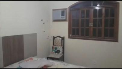 A parede de um dos cômodos da casa atingida por balas.  — Foto: Reprodução/TV Globo