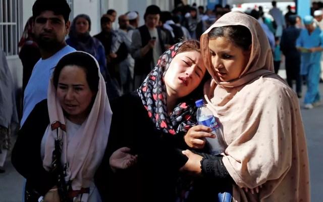 Mulheres afegãs lamentam e choram em frente a um hospital de Kabul após um ataque suicida (Foto: Mohammad Ismail / Reuters)