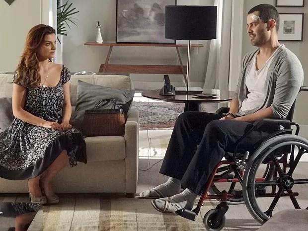 Elisa confessa a Fernando que não gosta da presença de Miriam (Foto: Amor Eterno Amor/TV Globo)