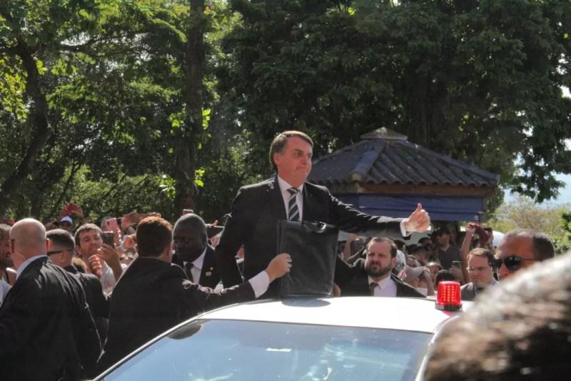 Comitiva presidencial chega ao Santuário Nacional e Bolsonaro acena para o público
