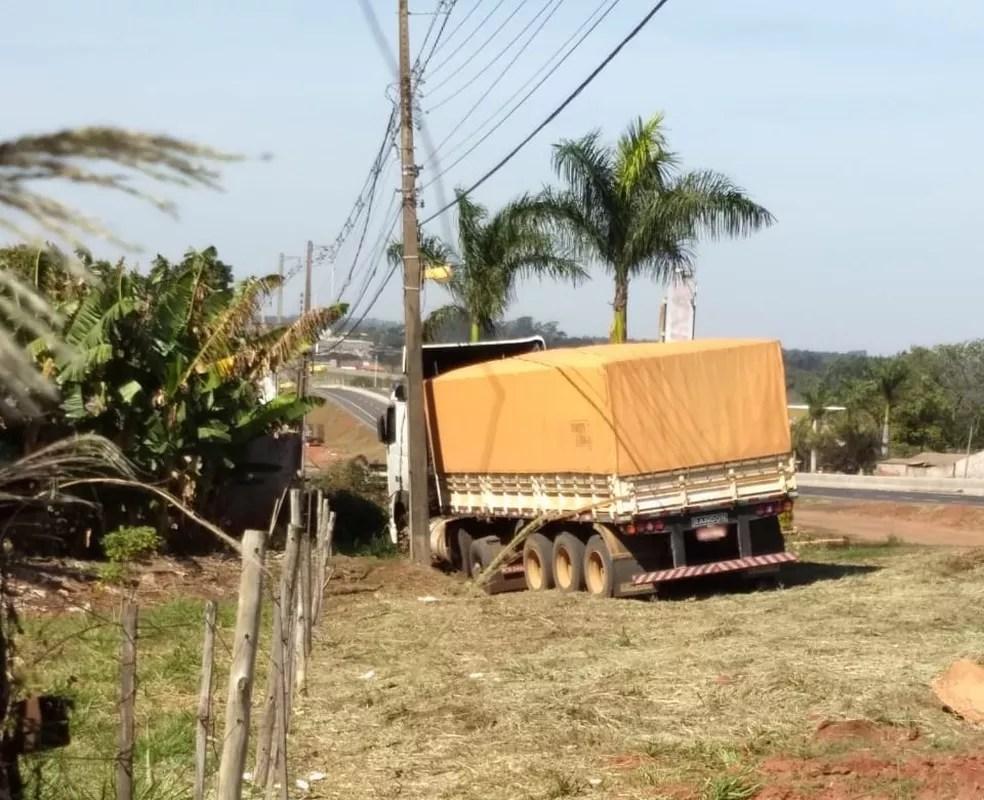 Carreta percorreu cerca de 200 metros, às margens da BR-376, em Paranavaí — Foto: Neide Oenning/Arquivo pessoal