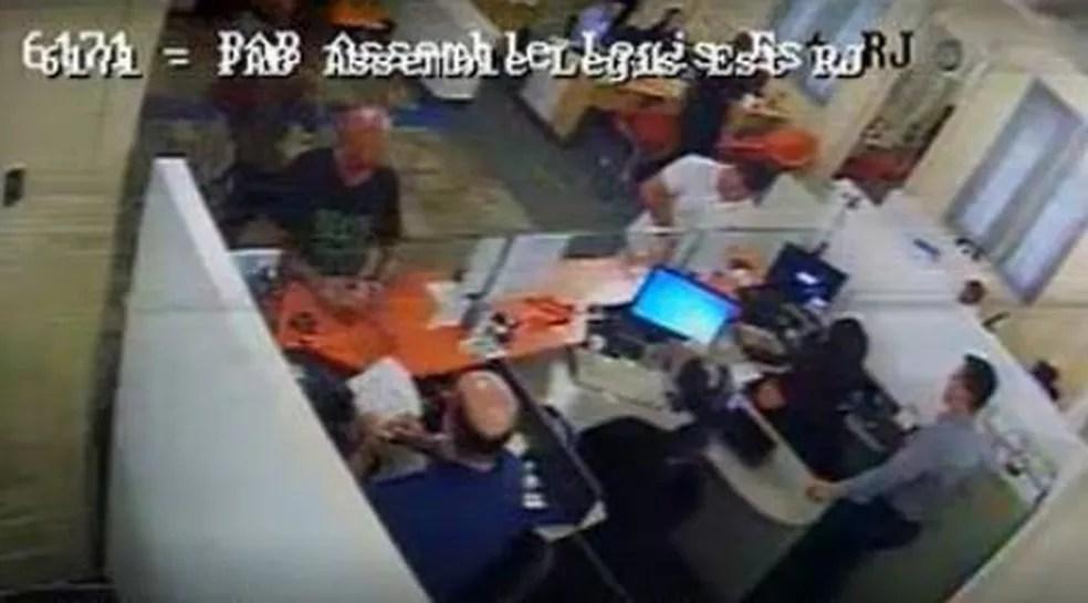 Câmera de segurança de banco dentro da Alerj registrou, em 1º de outubro de 2018, às 10h21, Queiroz fazendo pagamentos em dinheiro de dois títulos bancários — Foto: Reprodução/TV Globo
