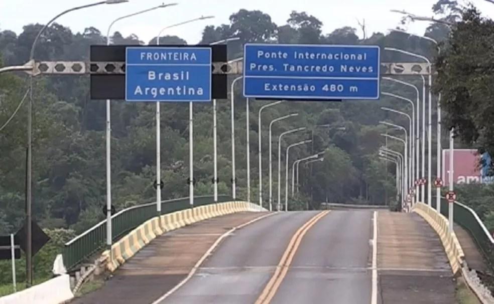 Ponte da Fraternidade, entre Brasil e Argentina, está fechada para trânsito de turistas, mas aberta para passagem de caminhões — Foto: Reprodução/RPC