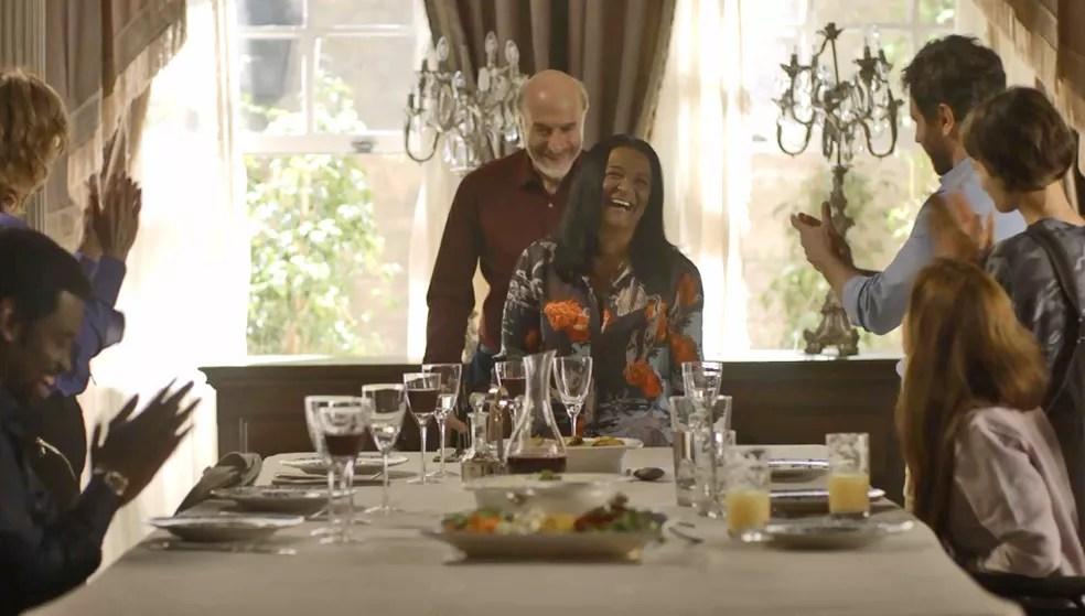 Família faz questão que Zefa ocupe o lugar principal da mesa — Foto: TV Globo