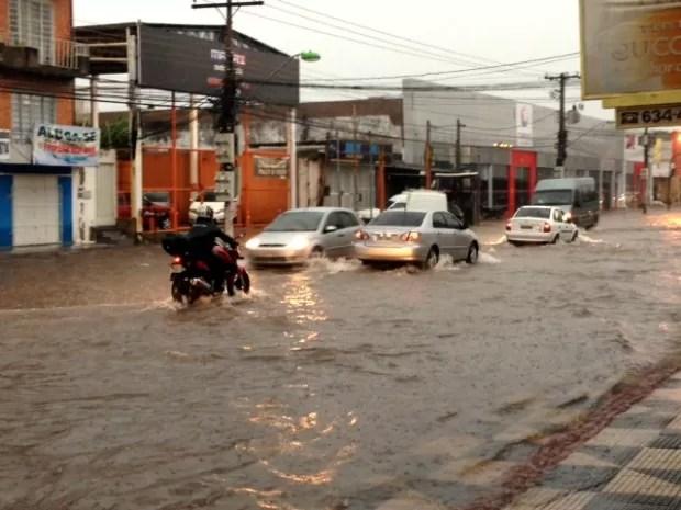 Chuva complicou o trânsito na Avenida Carmindo de Campos, em Cuiabá. (Foto: Marcos Landim / TVCA)