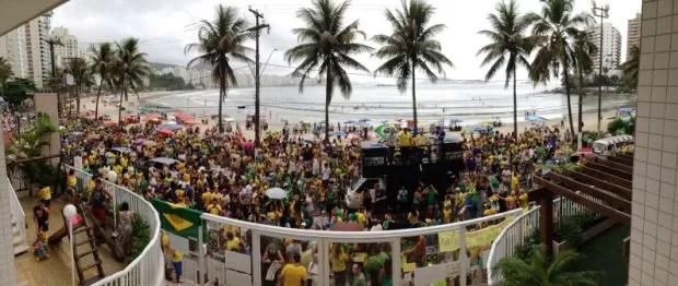 Multidão protesta em frente à triplex em praia de Guarujá (Foto: Mariane Rossi / G1)