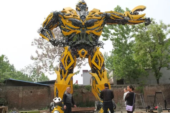 Chinês Zhang Lei construiu réplica do personagem Bumblebee, de Transformer (Foto: Reuters)