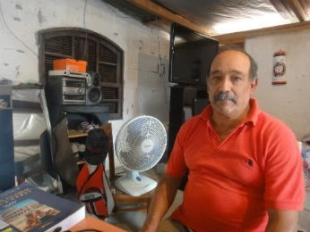 Lino Ibarra, de 66 anos, mora a 15 na Vila Becker (Foto: Bibiana Dionísio/ G1 PR)