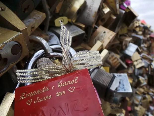Desde o ano passado, é proibido pendurar cadeados à ponte em Paris (Foto: Amanda Vinhas/ Arquivo Pessoal)