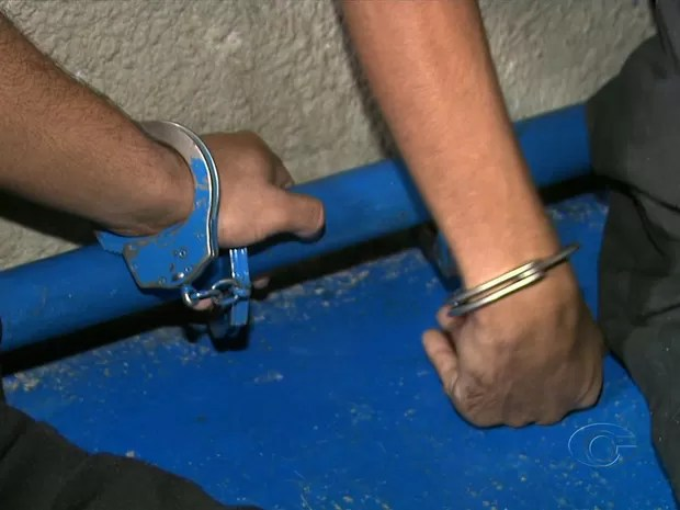 Presos ficam algemados em canos na Casa de Custódia (Foto: Reprodução/TV Gazeta)