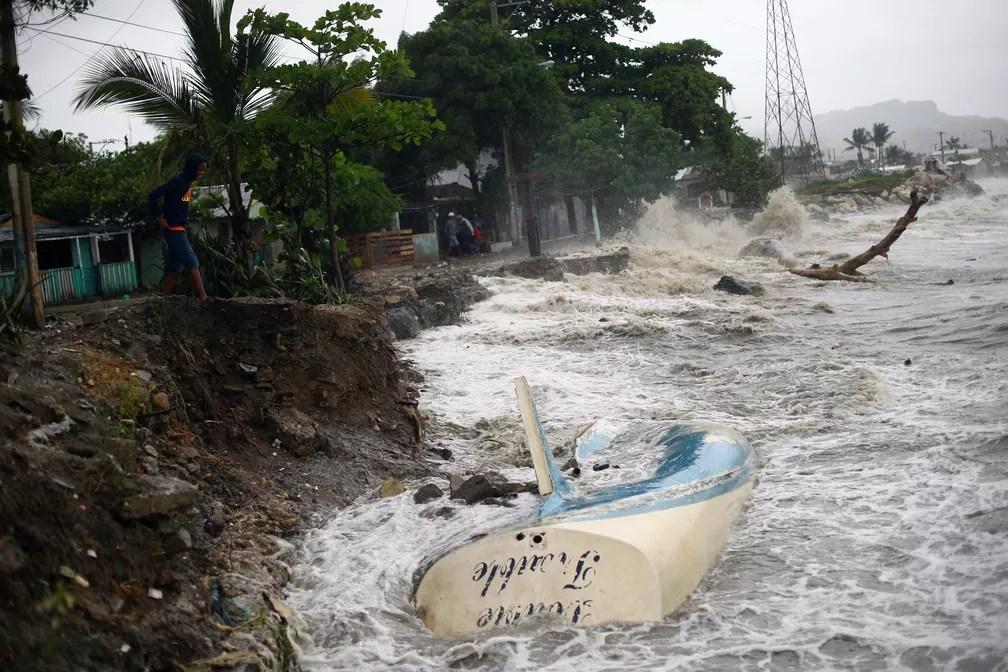 Ondas batem contra a costa e um barco encalhado, em Puerto Plata, República Dominicana (Foto: Ivan Alvarado/Reuters)