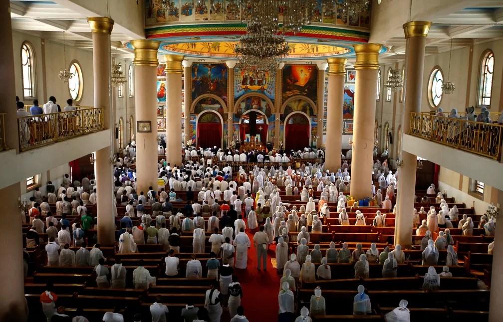 Os fiéis ortodoxos etíopes participam de oração dentro da igreja da catedral da Santíssima Trindade durante as orações da Sexta-feira Santa em Addis Ababa, na Etiópia (Foto: REUTERS / Tiksa Negeri)