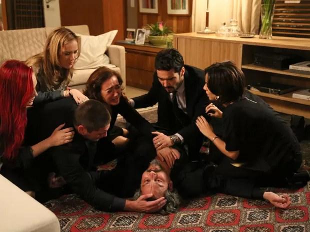 Zé apaga na frente da família (Foto: Carol Caminha/ Gshow)