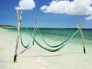 Em Jeri, é possível tomar banho de mar enquanto descansa em uma rede. (Foto: Fábio Arruda / Colaboração)