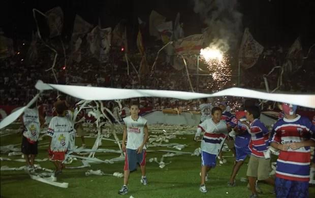 Torcida comemora acesso do Fortaleza à Série A, em 2002, sobre o Jundiaí, no PV (Foto: Kiko Silva/Agência Diário)