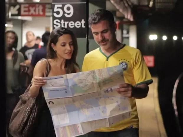 O jornalista americano Seth Kugel em um dos vídeos em que fala sobre o metrô de Nova York (Foto: Reprodução/Amigo Gringo)