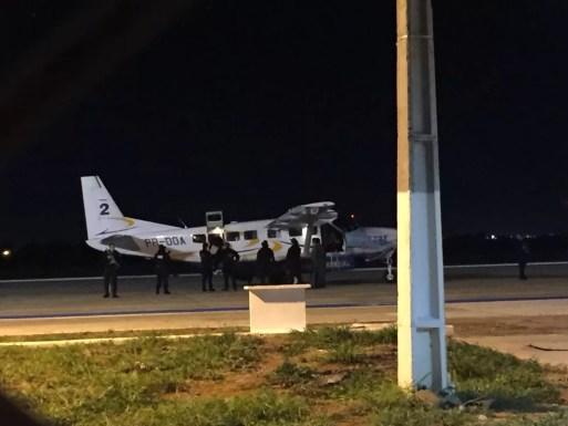 Avião levando o ex-PM Orlando Curicica chegou a Mossoró, RN, no início da noite desta terça-feira (19). (Foto: Jeniffer Rocha/Inter TV Costa Branca)