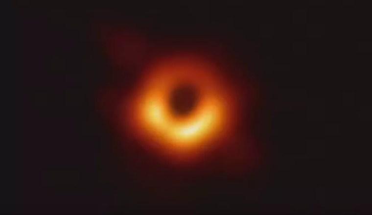 Foto original do buraco negro divulgada na quarta-feira por cientistas do projeto Event Horizon Telescope. — Foto: Reprodução