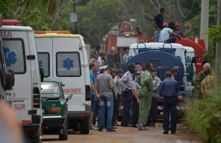Equipes de resgate trabalham no local onde avião caiu em Havana (Foto: Yamil Lage/AFP)