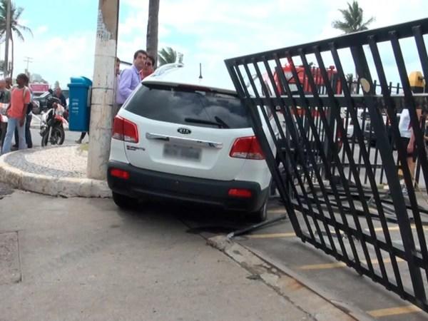 Carro da médica foi parar na calçada do bairro de Ondina, em Salvador (Foto: Gabriel Gonçalves/G1 Bahia)