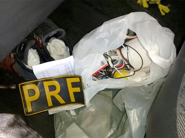 Equipamentos seriam utilizados para fraudar concurso do IFRN, em Natal (Foto: Divulgação/PRF)