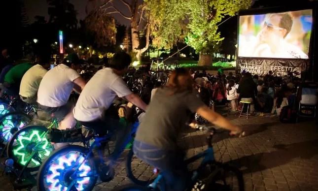 Ciclistas pedalando para gerar energia