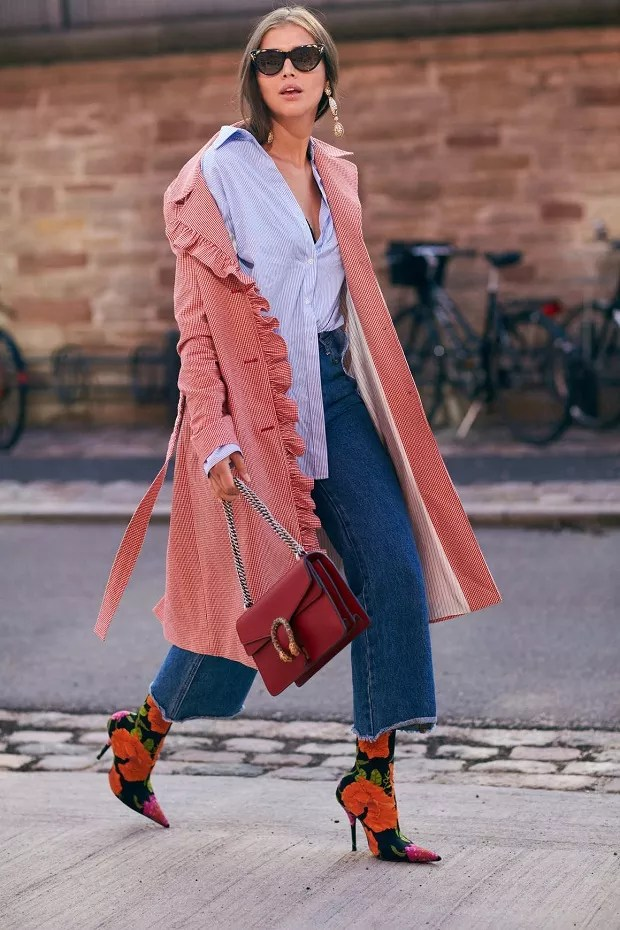As calças cropped continuam no foco, dando destaque a calçados cada vez mais statement (Foto: Imaxtree)