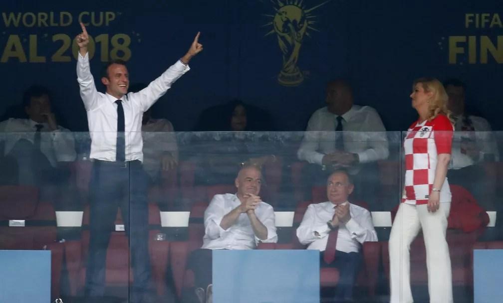 O presidente da França, Emmanuel Macron, e a presidente da Croácia, Kolinda Grabar-Kitarovic, reagem após o quarto gol da França, enquanto o presidente da FIFA, Gianni Infantino, sentado ao lado do presidente da Rússia, Vladimir Putin. (Foto: REUTERS/Damir Sagolj)