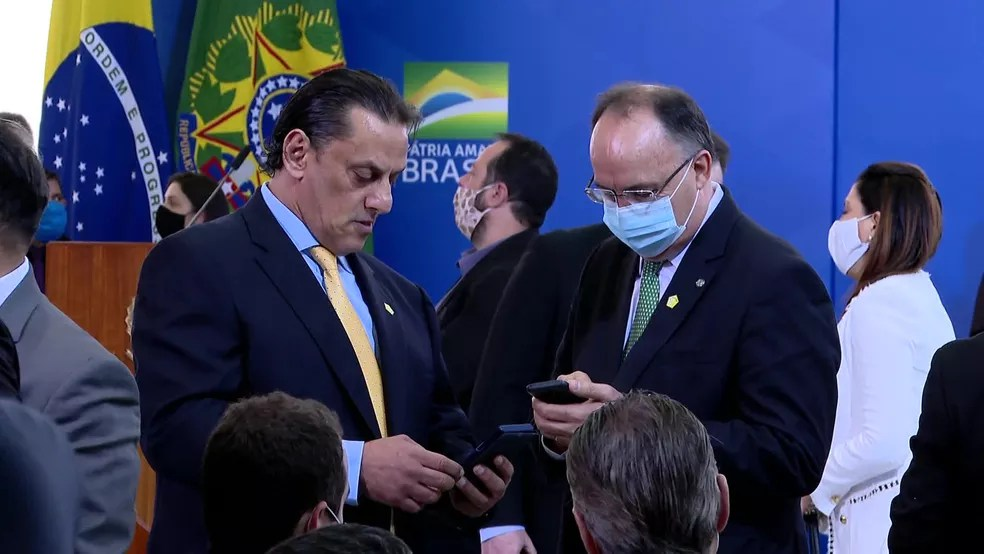 Wasseff (à esquerda) participa de cerimônia de posse do ministro das Comunicações, em Brasília, na quarta (18) — Foto: Reprodução/TV Globo