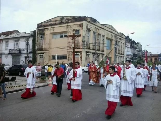 Arcebispo presidiu missa do Domingo de Ramos na Catedral Metropolitana. (Foto: Carlos Brito/TV Liberal)