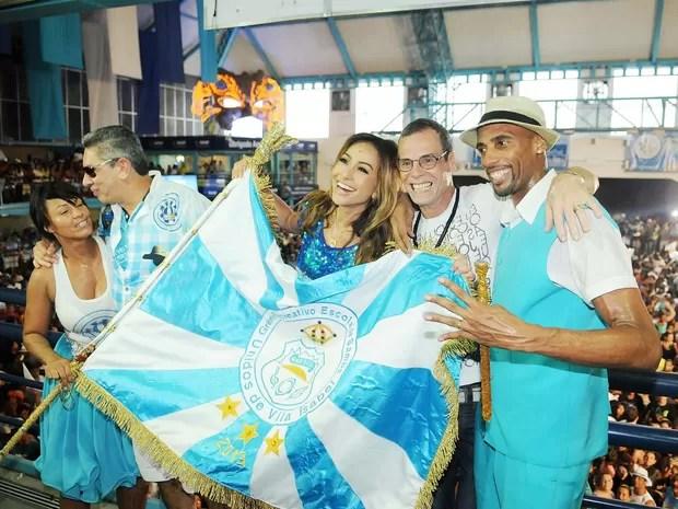 Sabrina Sato e Carlinhos de Jesus celebram com a bandeira da Unidos de Vila Isabel (Foto: Alexandre Durão/G1)
