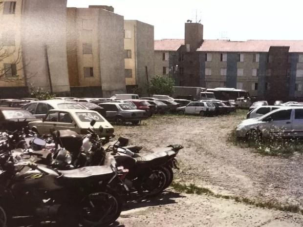 Carros apreendidos são guardados em área que seria usada para estacionamento na 2ª Seccional de Campinas, SP (Foto: Reprodução / Ministério Público)