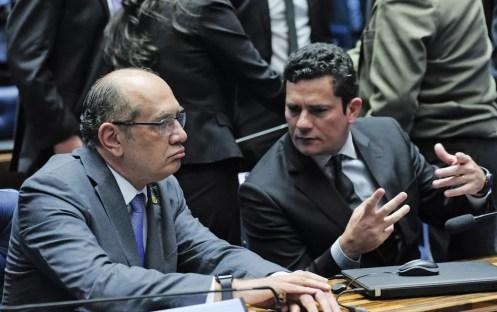 O ministro do Supremo Tribunal Federal Gilmar Mendes e o juiz federal Sérgio Moro conversam no plenário do Senado Federal durante sessão de debates