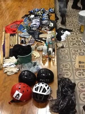 Objetos apreendidos pela Polícia Militar apresentados no 1º Distrito Policial (Foto: Polícia Militar / Divulgação)