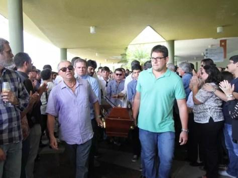 Caixão foi levado para o crematório do Cemitério Morada da Paz, em Paulista (Foto: Aldo Carneiro/Pernambuco Press)